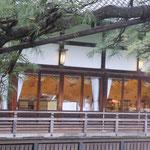 明治記念館のレストランには灯が点っていました。                                    ・氷雨降る昼も明るきレストラン(和良)