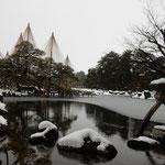 兼六園の名所である琴柱灯籠も雪をかぶっていました。         ・雪乗せし琴柱灯籠見て飽きず(和良)