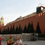 赤の広場のレーニン廟です。昔は軍事パレードが行われました。     ・風雪の歴史の舞台冬近し(和良)