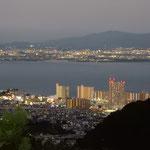 大塚比叡山荘から眺めた琵琶湖湖畔の夜景です。            ・夏の夜の琵琶湖湖畔の明るさよ(和良)