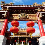 横浜中華街の関帝廟は商売繁盛を祈る人で大賑わいでした。       ・大年の関帝廟の賑はひよ(和良)