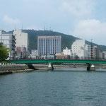 新町川を遡り富田橋が見えてくると眉山が迫ってきました。  ・船遊眉のやうなる眉山も見(和良)