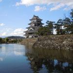 国宝の松本城からは日本アルプスの山々が展望できました。                             ・秋高し天守は五重六階と(和良)