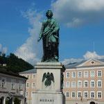 ザルツブルグの広場にモーツアルトの像が立てられていました。     ・夏空へモーツアルトの像高く(和良)