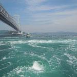 観潮船から大潮の鳴門海峡を見ました。渦が次々に巻いていました。            ・渦見んと観潮船の傾きぬ(和良)