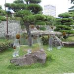 徳島城公園では恒例の野外彫刻展が始まりました。赤とんぼが舞っていました。      ・公園の彫刻展に赤とんぼ(和良)