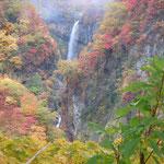 妙高の登山口から少し行くと日本百名滝の一つである惣滝がありました。                     ・紅葉の滝を落ちゆく瀑布かな(和良)