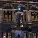 オペラが終わった国立オペラ座はライトアップされた夜景も綺麗でした。 ・オペラ跳ね暑さの残る街帰る(和良)