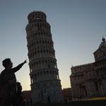 フィレンツェ郊外にあるピサの斜塔です。今にも倒れそうなほど傾いていました。 ・暮れ早きピサの斜塔で在りしかな(和良)