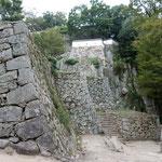 備中松山城の石垣です。高山での築城の苦労がしのばれました。       ・天空の城への道の長さかな(和良)