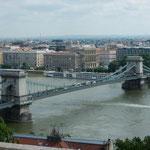 ドナウ川を行き来する船は多く、くさり橋の下はいつも賑わっていました。・橋くぐる船に涼風心地よく(和良)