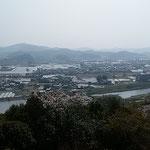 南国市にある長宗我部氏の居城跡である岡豊城跡から眺めた風景です。  ・中世の城址より見る春霞(和良)