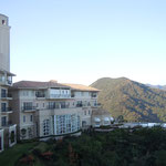 宿泊した鳴門のホテルは山の上にありました。                                     ・山の上のホテルに冬日暖かく(和良)
