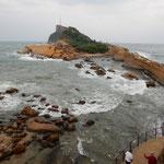 台湾の北端の海岸にある野柳地層公園の奇観は迫力がありました。      ・展望の開け奇観の爽やかに(和良)