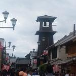 埼玉県川越市の蔵造りの町並にある時の鐘です。賑わっていました。   ・蔵の町横丁よりの秋の風(和良)