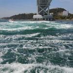 観潮船から見た大鳴門橋下の春潮です。渦が巻いては消えていました。  ・ほどけゆく渦の藍濃し春の潮(和良)