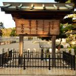 堺市にある仁徳天皇陵古墳です。静かな濠に鴨が群れていました。    ・閑もれる御陵の濠の浮寝鴨(和良)
