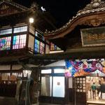 道後温泉本館です。夜もたくさんの観光客が来ていました。          ・湯の街の明かりぼんやり春の宵(和良)