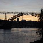 ポルトのドン・ルイス一世橋です。夕焼が始まっていました。  ・古都の川染めゆく秋の夕焼かな(和良)