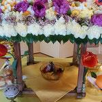 釈迦の誕生日に石井町の浄土寺では花御堂が飾られていました。     ・花御堂花材十五種書き連ね(和良)