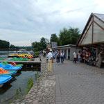 トラカイ城の湖には貸しボートがあり、時間は無制限とのことでした。  ・船遊乗り放題と云はれても(和良)