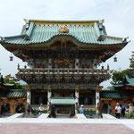 生口島の耕三寺には日光東照宮の陽明門を真似た門がありました。      ・けばけばしき寺を見て来て月を観る(和良)