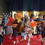 津田の盆踊は徳島県無形民俗文化財に指定されてます。                               ・残されし子を背に津田の盆踊(和良)