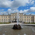 ラトビアのリガの近郊にあるルンダーレ宮殿の噴水です。        ・噴水の上がりて夏の宮殿と(和良)