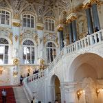 エルミタージュ美術館の正面階段は冬の宮殿の豪華さを伝えています。  ・着膨れたものみな預け館巡る(和良)