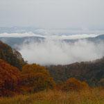 惣滝は標高千百メートルにあり、下界は雲の下でした。                                 ・下界まで続く野山の錦かな(和良)