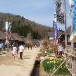 福島県南会津郡の大内宿では大きな鯉幟が掲げられていました。     ・大きかり大内宿の鯉幟(和良)