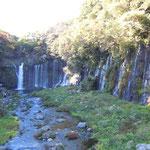 白糸の滝には多くの外国人も観光に来ていました。           ・滝落つる紅葉の谷に虹を差し(和良)