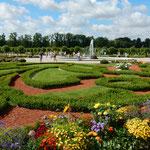 ルンダーレ宮殿の庭園は広くいろいろな花が咲いていました。      ・宮殿の花壇ひろびろ夏の雲(和良)