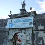 クロアチアのトロギールです。この城門を入れば旧市街です。      ・この門を入れば中世冬日差す(和良)