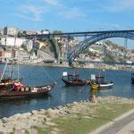 サンデルマンワイナリーの前には昔ワインを運んだ舟がありました。 ・澄む水にワイン運びし舟浮かぶ(和良)