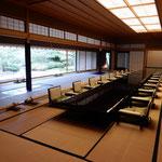 京都御所の中にある和風の迎賓館を見学してきました。           ・桔梗咲く迎賓館の中庭に(和良)