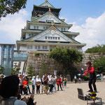 大阪城前の広場では大道芸に拍手が寄せられていました。                  ・城を背に大道芸や梅雨晴れて(和良)