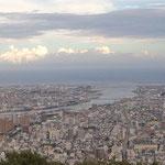 アルゼンチンの友人を案内して眉山頂上から徳島市を一望しました。      ・秋晴や徳島平野一望に(和良)