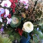 華道展では生花の中に葉牡丹が活けられている作品がありました。・生け花の中には牡丹活けられて(和良)