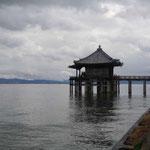 虚子の湖中句碑がある琵琶湖の浮御堂です。雲間から燕が飛んできました。 ・大琵琶に雲低くあり初つばめ(和良)
