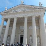リトアニアのヴィリニウスにある大聖堂です。独立運動の起点です。   ・「人間の鎖」を偲ぶ酷暑かな(和良)