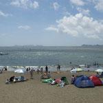 阿南市の北の脇海水浴場は夏休みに入り、家族連れで賑わっていました。  ・ただ眺めゐるも海水浴であり(和良)