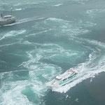 渦の中に突っ込んで行く観潮船には迫力がありました。         ・逆巻ける渦に怯まず観潮船(和良)