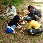 筍を育ててきた友人は掘った筍をその場で剥いてくれました。 ・掘り立ての筍剥きて下されし(和良)