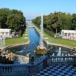 ピョートル大帝の夏の宮殿です。365もの噴水があることで有名です。  ・噴水の水に秋の日煌めける(和良)