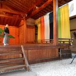 道後温泉の大和屋本店には能舞台があり、薪能を見せてくれました。    ・薪能見てより夜の宴かな(和良)
