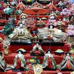 ビッグひな祭りには全国から寄せられた3万体の雛が飾られていました。  ・雛の顔一つに一つ思い出が(和良)