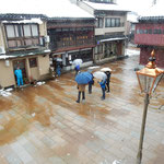 ひがし茶屋街にある喫茶店の二階の部屋から眺めた風景です。      ・レトロなる街に静かに雪の降る(和良)