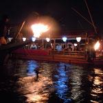 総がらみのあと、観光船の前まで鵜と鵜舟が来てくれました。                             ・篝火の照らし出したる鵜の猛り(和良)