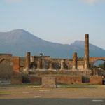ヴェスヴィオ火山を背景にしたボンペイの遺跡です。石榴が実っていました。   ・ボンペイの遺跡に石榴たわわなる(和良)